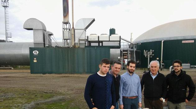Foto di gruppo con i partecipanti e il dottor Stassano, proprietario dell'impianto di biogas