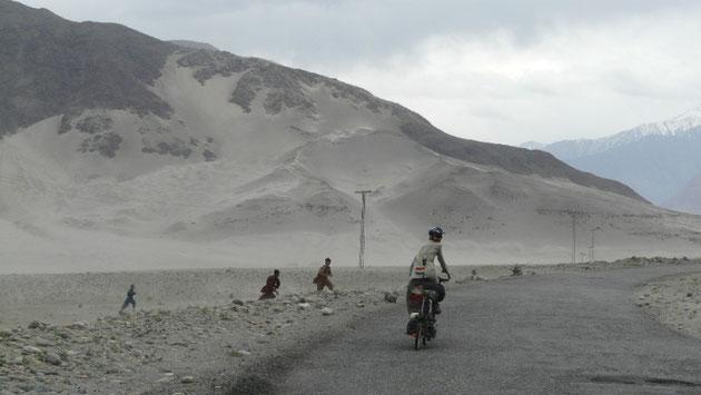 """Avant Chilas, la """"Karakorum Highway"""" traverse des paysages tres arides. Ici le vent annonce la pluie prochaine"""