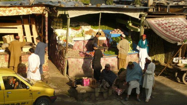 Apres l'orage de la nuit, les marchands profitent des premiers rayons de soleil, a Sinkiari