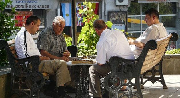 Jouer aux dominos ou au backgammon a l'ombre des arbres est une activite a temps pleın pour beaucoup d'hommes!