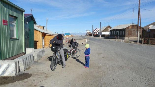 Tentative de discussion au poste frontiere de Tashanta, ville aux airs de bout du monde