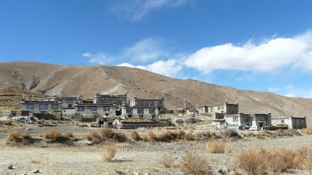 Petit village typique dans la campagne tibetaine