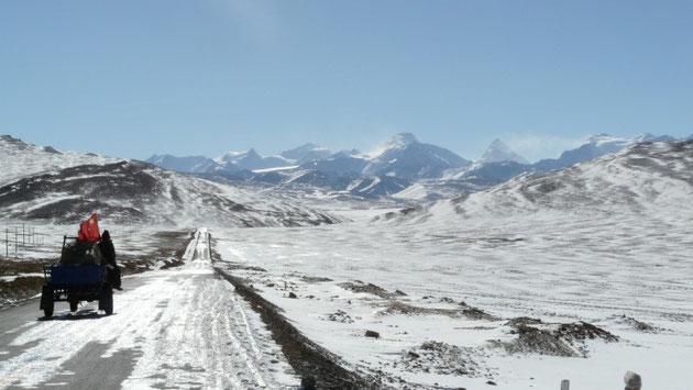 Vue des hauts sommets de la chaine de l'Himalaya depuis le col du Lalung La
