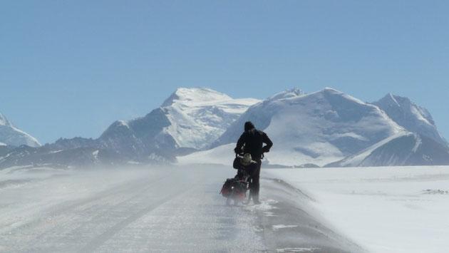 Pas facile le velo sur la glace.. A l'arriere plan, les 7300m du massif de l'himal ranch