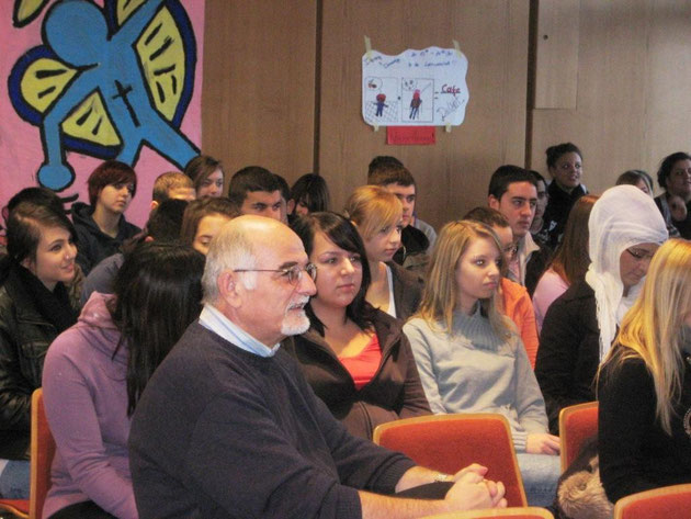 Herr Szabo mit Schülerinnen und Schülern der Klassen 10b und 10d