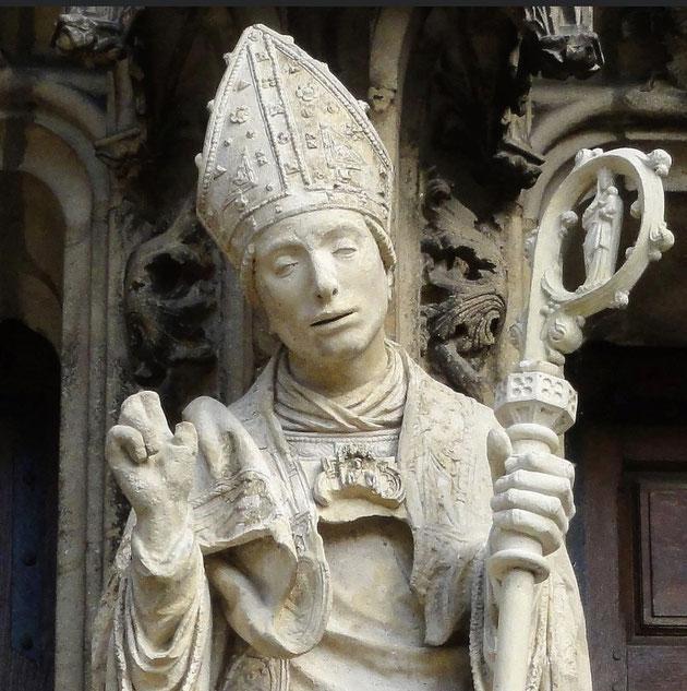 Statue de Saint Nicolas ( jeune et beau comme tous les lorrains !) au centre du grand portail de la basilique Saint-Nicolas-de-Port