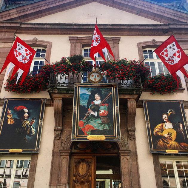 l'Hôtel de Ville de Ribeauvillé pavoisé pour le Pfifferdaj
