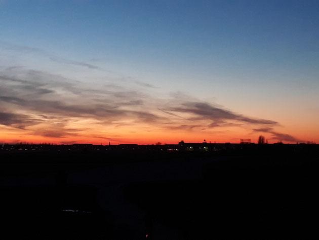 Sonnenuntergang am Tempelhofer Feld in Berlin