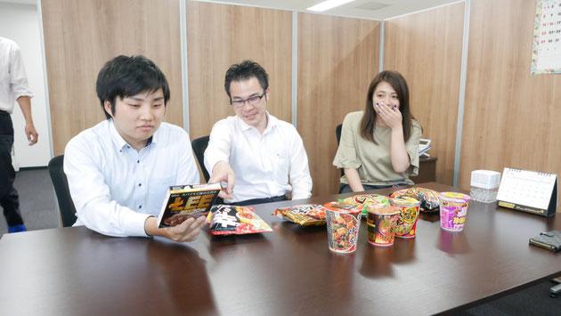 今回のレビューワー三名。左から、当社:遠藤、若林、そして何故か巻き込まれた株式会社トライフ:志村さん