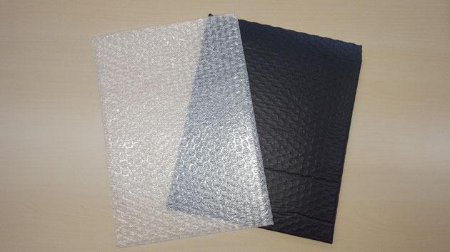 左が通常のエアセルマット。右が中身の見えないエアセルマット。カラーは黒だけでなく、ご相談に応じます。