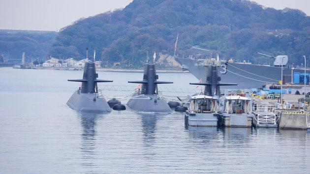 三並びの潜水艦。