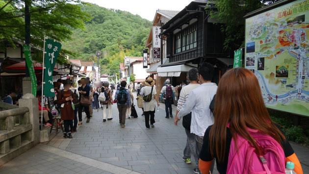 高尾山登山口には、土産物、まんじゅう、そして蕎麦を提供する店が並びます。