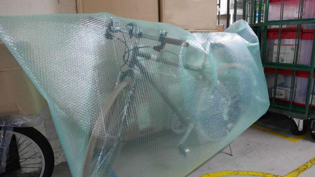 自転車にすっぽりとかぶせることができる、大きなエアセルマット製袋品を利用しています。