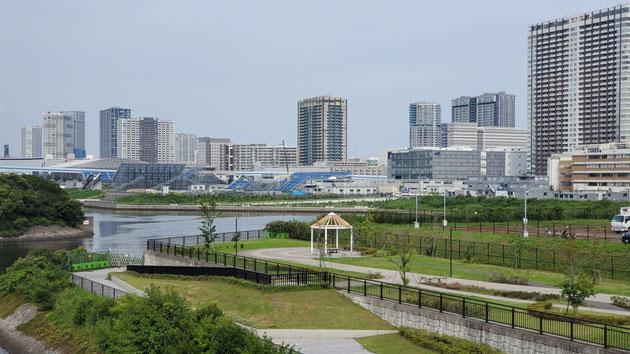 中央に見えるのが有明アーバンスポーツパーク。左手奥には、有明アリーナ、有明体操競技場が見える。