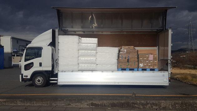 気泡緩衝材エアセルマットとこんにゃくを共同配送するトラック。