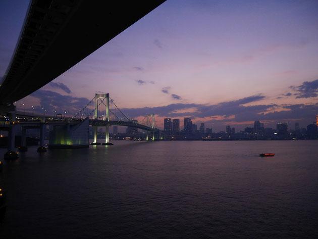 夕暮れ時に撮影した写真。レインボーブリッジが優雅に曲線を描いているところもポイントです。