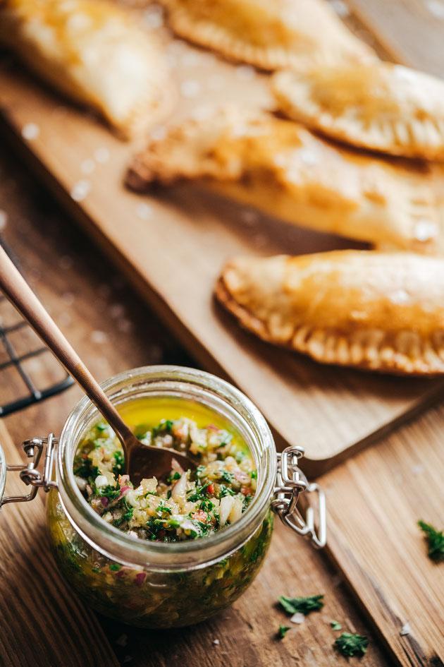 argentinischer Dip Chimichurri mit Empanadas vegetarisch