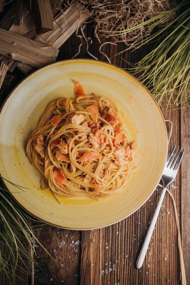 Pasta mit Lachs und Tomaten Creme Fraiche Sauce