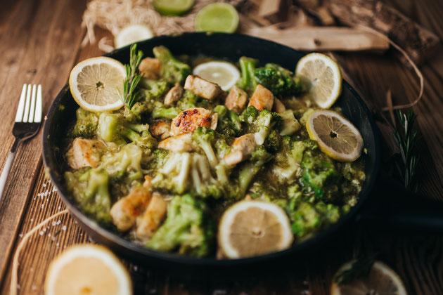 Leckeres Gericht mit Brokkoli, Zitrone und Hähnchen
