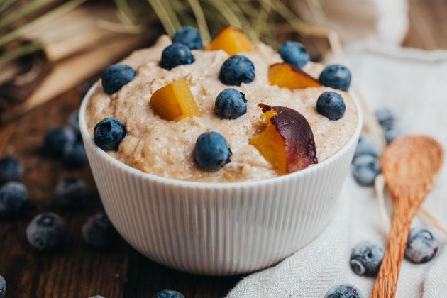 Sommerliches Aprikosen Porridge mit Blaubeeren