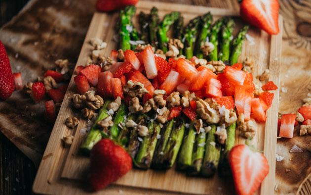 gegrillter Spargel mit Erdbeeren Vorspeise oder Grillbeilage