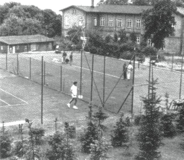 """Unser 3. Platz. Im Hintergrund das """"Erikabad"""", das im Herbst 1968 der Spitzhacke zum Opfer fiel."""