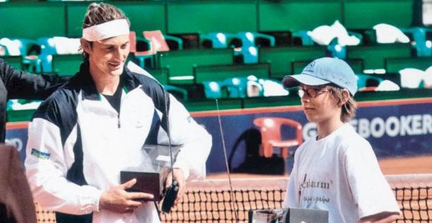 Mai 2006: Auf dem Hamburger Center-Court besiegt Robin Heidelberg (14) die ehemalige Nr. 1 der Welt, Carlos Ferrero, im Fernsteuerauto-Rennen.
