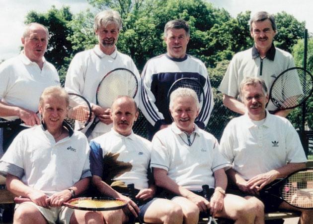 Die Herren 50 stiegen 1999 in die Regionalliga (höchste deutsche Spielklasse) auf. Stehend (v.l.): Peter Marsen, Willi Timmer- mann, Rolf Seyer, Wolfgang Gallwitz. Sitzend (v.l.): Erwin Grieb, Werner Rohrbach, Norbert Becker und Kapitän Christian Rabe.