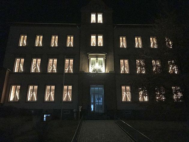 In diesem Jahr erstrahlt unser Hauptgebäude erstmals im vollständigen Lichterglanz. Wir bedanken uns bei allen, die das ermöglicht haben und wünschen eine schöne Advents- und Weihnachtszeit.