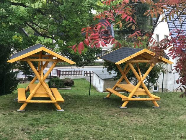 Anfang Oktober 2019 wurden diese neuen überdachten Sitzgruppen für unser Klassenzimmer im Grünen angeliefert und aufgebaut. Finanziert wurden sie von den Mitteln unseres Fördervereins.