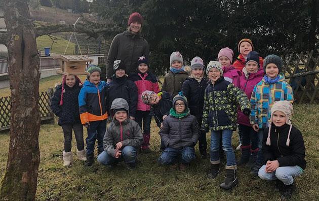 Die Kinder der Klasse 1b kümmern sich um die Vögel im Winter. Sie hängten Futtersilos und Meisenknödel auf und lernten die Bodenfütterung kennen.