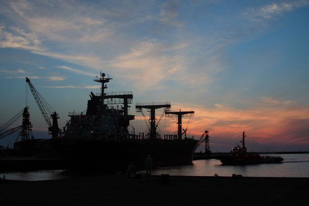 港 夕空の下に貨物船が着岸し、港風情を醸し出す(直江津港)