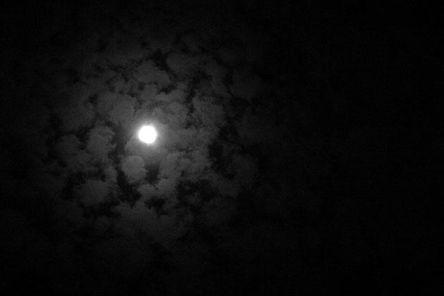 月光 雲間の月は淡く、観る人の情念を映し出す(M家上空)