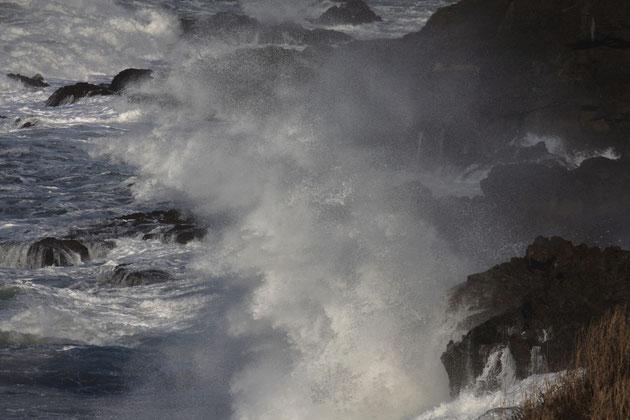 荒波 日本海の怒涛がおしよせ、打ち砕ける(柏崎・鯨波~米山)