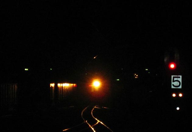 夜光 暗闇をついて列車が入り、停車場の風情を想起させる(直江津駅)