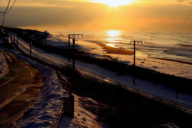 夕方の海岸 夕陽が照らす海岸と線路、その情景に心うばわれる(柿崎の海岸)