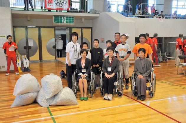 メディトピアの社員は写真右、車椅子に乗車