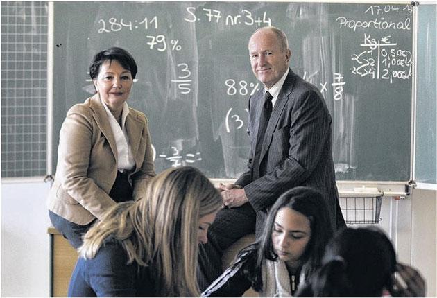 Hausaufgabenhilfe durch Studierende: Die Stiftung des Ehepaares Verena und Richard Klix (hinten) macht es  möglich.