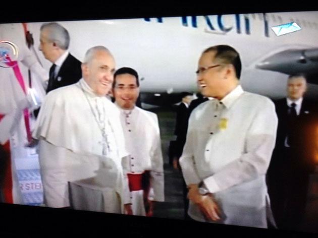 Präsident Aquino begrüßt den Papst und strahlt ab diesem Zeitpunkt wie ein Honigkuchenpferd