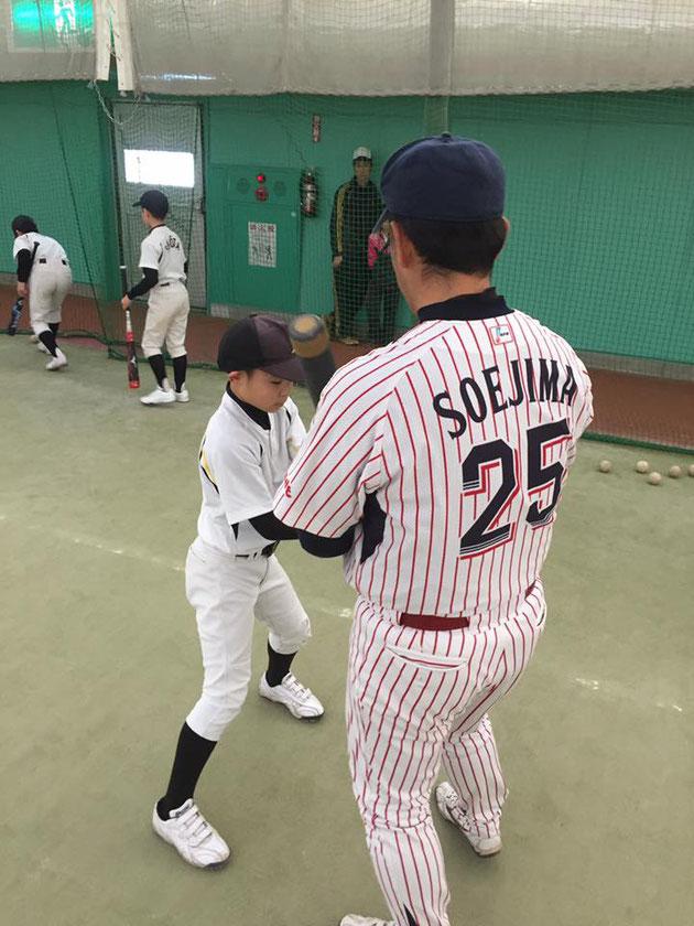 第5回 網走中央病院野球教室(写真4)指導する副島氏