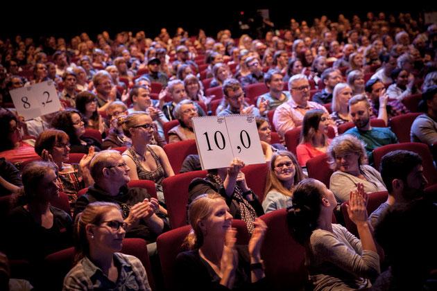 Beim Poetry Slam entscheidet das Publikum, wer als Sieger des Wettbewerbs hervorgeht (Foto: Anna-Lisa Konrad).