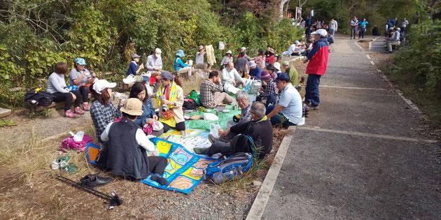 紅葉台にて昼食、参加者は25人でした。一日中、快晴です。