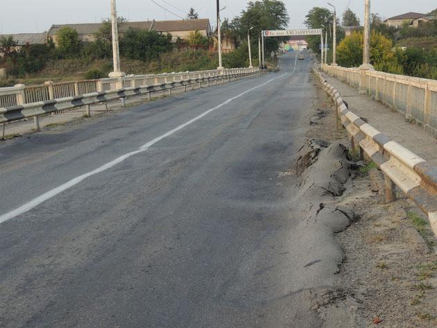 -ウクライナの道はボッコボコ…-