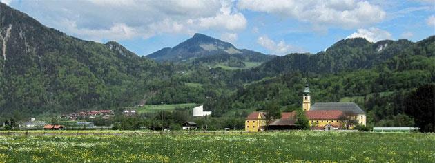 Kloster Reisach mit Passionsspielhaus Erl