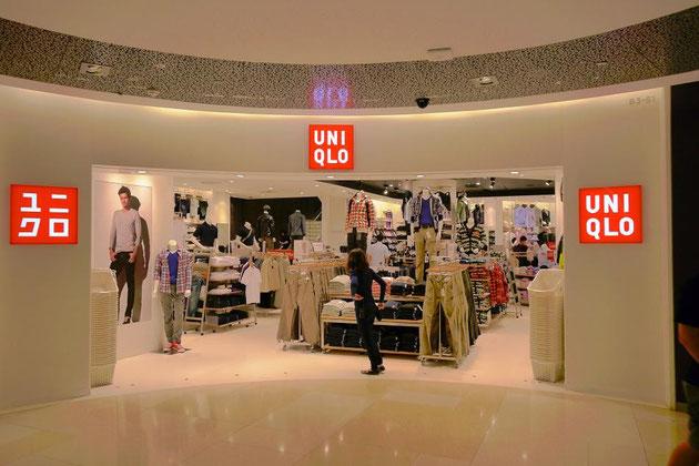 ファッションビルの最もイイ場所に堂々と構えるユニクロは大人気。