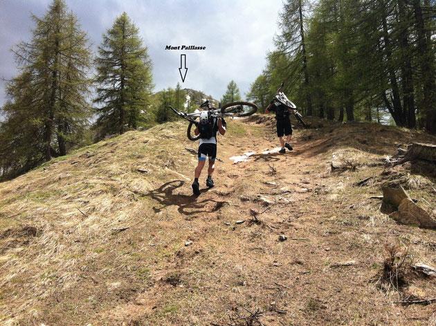 Non paghi di aver raggiunto la vetta del Petit Mont Blanc scorgiamo la croce del Mont Paillasse (2413mt) che i più arditi tentano di raggiungere bici in spalla