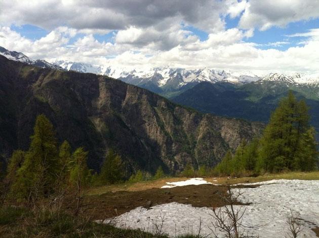 Giunti al pianoro del Petit Mont Blanc, l'arco alpino si svela in tutta la sua bellezza