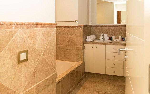 Das Bad verfügt über Whirlpool, Dusche  und Doppelwaschbecken in der eleganten Ferienwohnungn mit Pool in Palm Mar auf Teneriffa