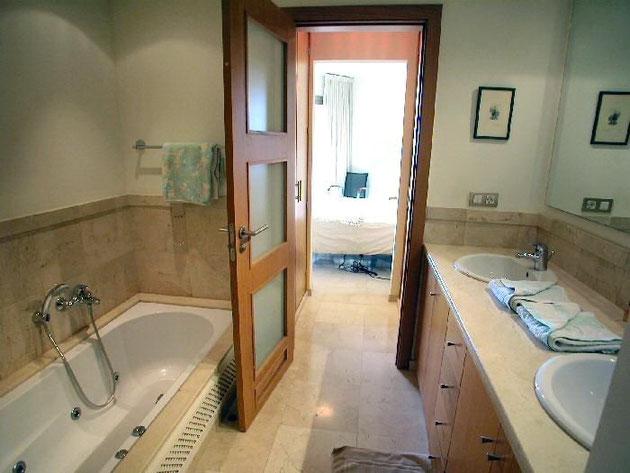 Vom Schlafzimmer direkt in das Bad mit Badewanne und Whirlpool dusche.