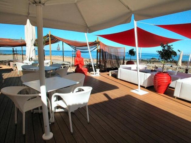 gemütliche Terrasse im Club mit Meerblick